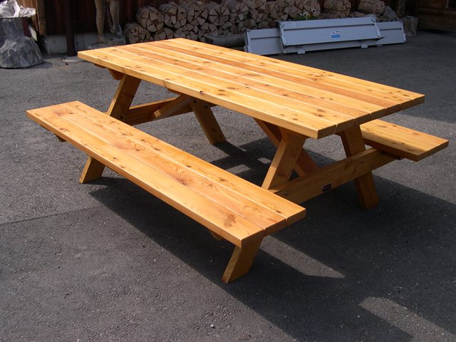 Beautiful table de jardin en bois massif suisse ideas for Construire table jardin bois